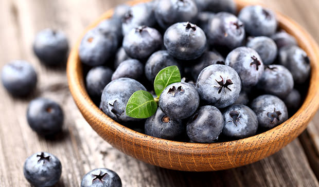 Ripe-blueberry-in-a-wooden-plate